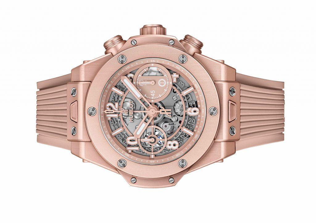 Hublot Big Bang Millennial s kaučukovým páskem, který má rozevírací sponu vyrobenou z titanu pokrytou dekorativní vrstvou eloxovaného hliníku stejně jako pouzdro hodinek