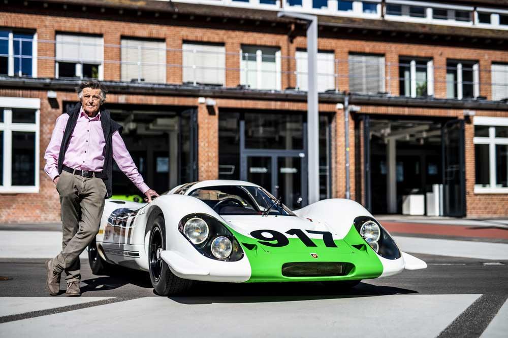 Inženýr Hans Mezger s legendárním speciálem Porsche 917-001. V jeho kokpitu v roce 1970 piloti Hans Herrmann a Richard Attwood zvítězili v Le Mans.