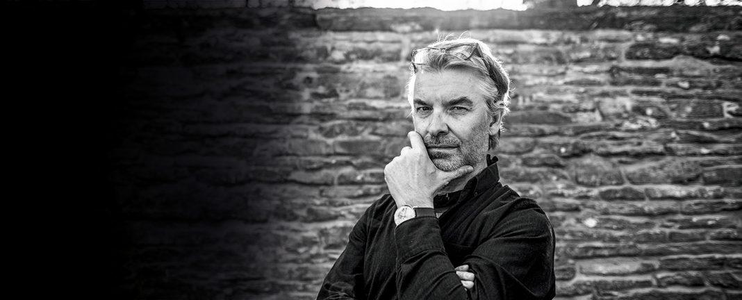 Michal Froněk studoval naUMPRUM vateliéru Architektura + design. Společně sJanem Němečkem založil vroce 1990 studio Olgoj Chorchoj.