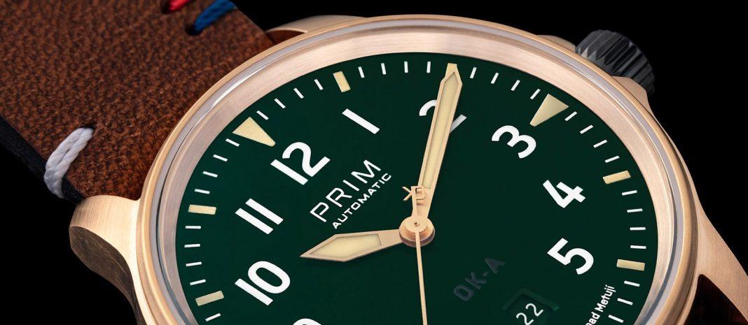 Vteřinovou ručku hodinek PRIM OK-A v bronzu zdobí označení československých letadel OK