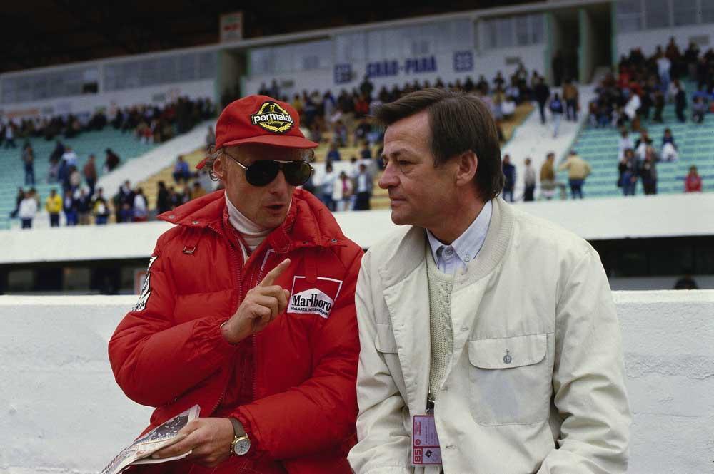 Závodník Niki Lauda diskutuje s Hansem Mezgerem na snímku z roku 1984