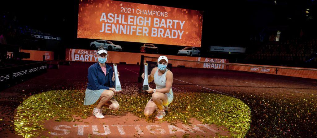 Američanka Jennifer Brady a Australanka Ashleigh Barty po svém triumfu na turnaji Porsche Tennis Grand Prix 2021