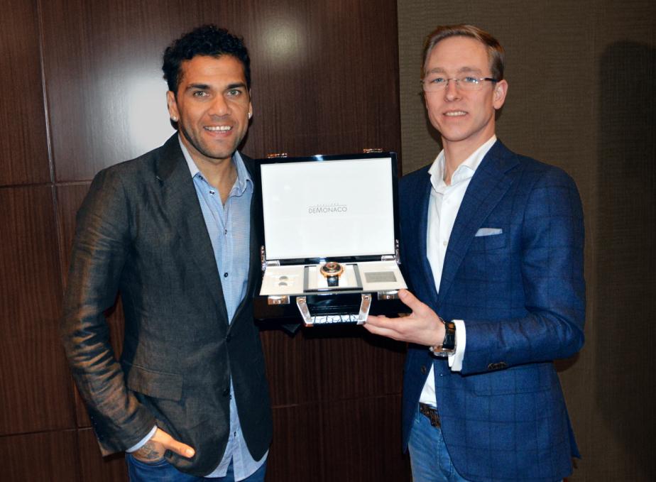 Daniel Alves a Pim Koeslag, CEO Ateliers deMonaco v lednu 2016 představili unikátní hodinky Tourbillon Oculus – Dani Alves