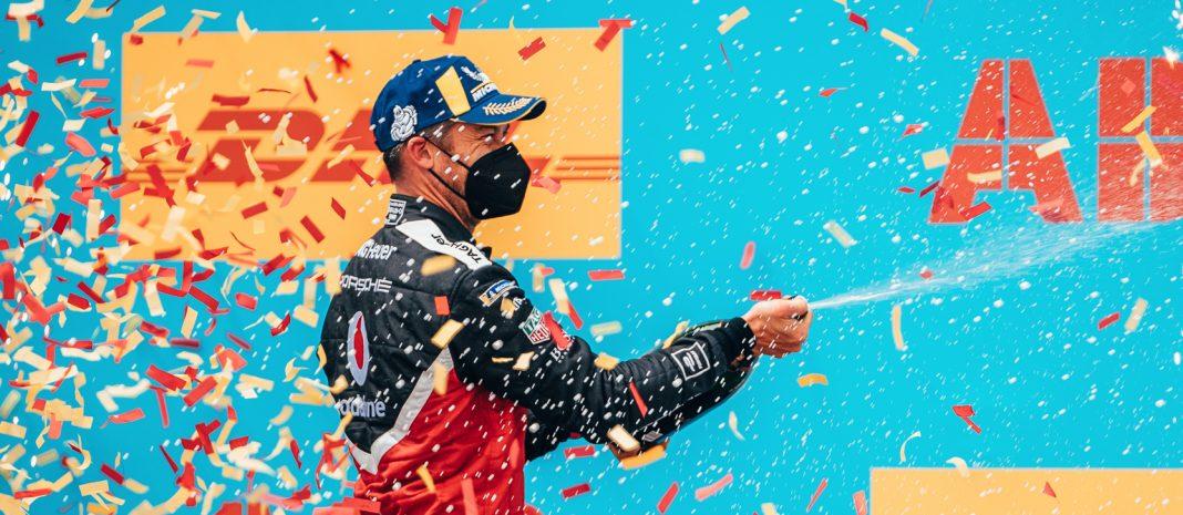 Německý pilot André Lotterer z týmu TAG Heuer Porsche slaví své vítězství ve Valencii. V pořadí šestém závodě ročníku 2020/21 vybojoval své první body.